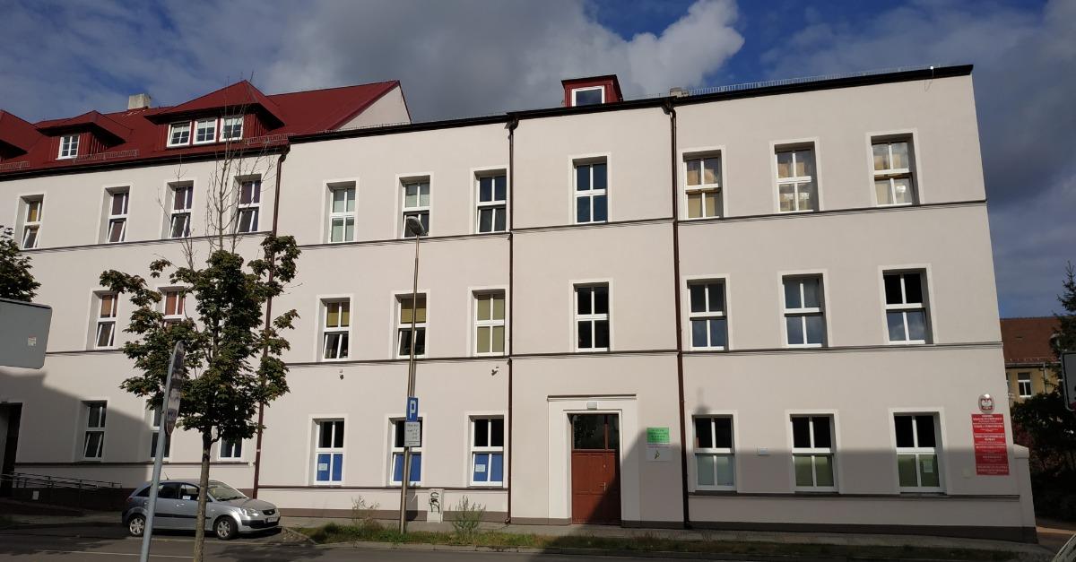 Fotografia budynku szkoły specjalnego Ośrodka Szkolno-Wychowawczego od strony ulicy.