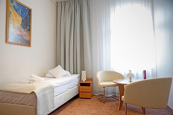 Pokój hotelowy z podwójnym łóżkiem